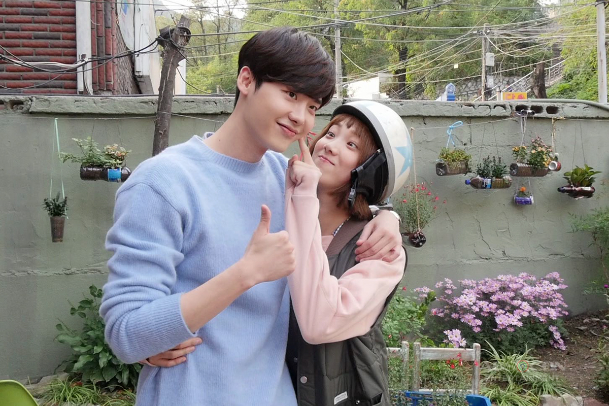 "Popular Korean heartthrob Lee Jong Suk cameos on ""Weightlifting Fairy"""